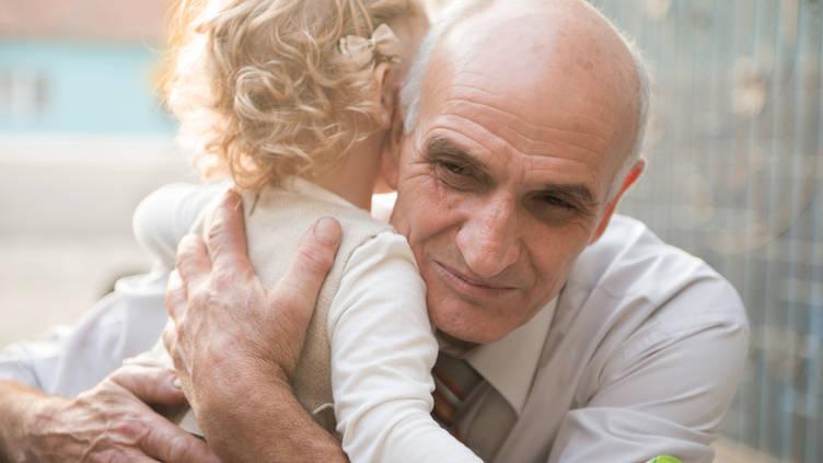 Дедуля приласкал молоденькую писю внучки